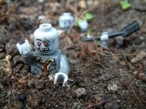 Зомби лезет из под земли