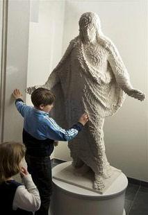 Мальчик возле статуи