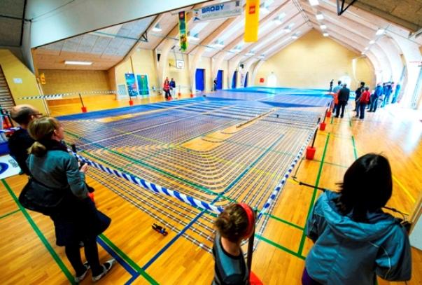 Broby Sportsefterskole har bygget verdens lÃ?ngste Lego-togbane af fire kilometer skinner.