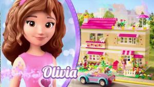 Оливия на фоне дома