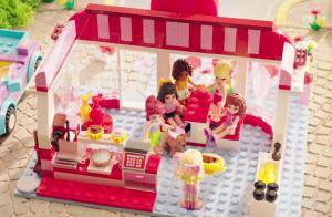 героини серии в кафе