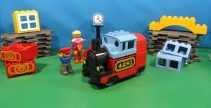 паровозик и персонажи из Лего Дупло