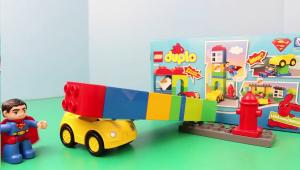 супермен, машинка и детали из Лего Дупло