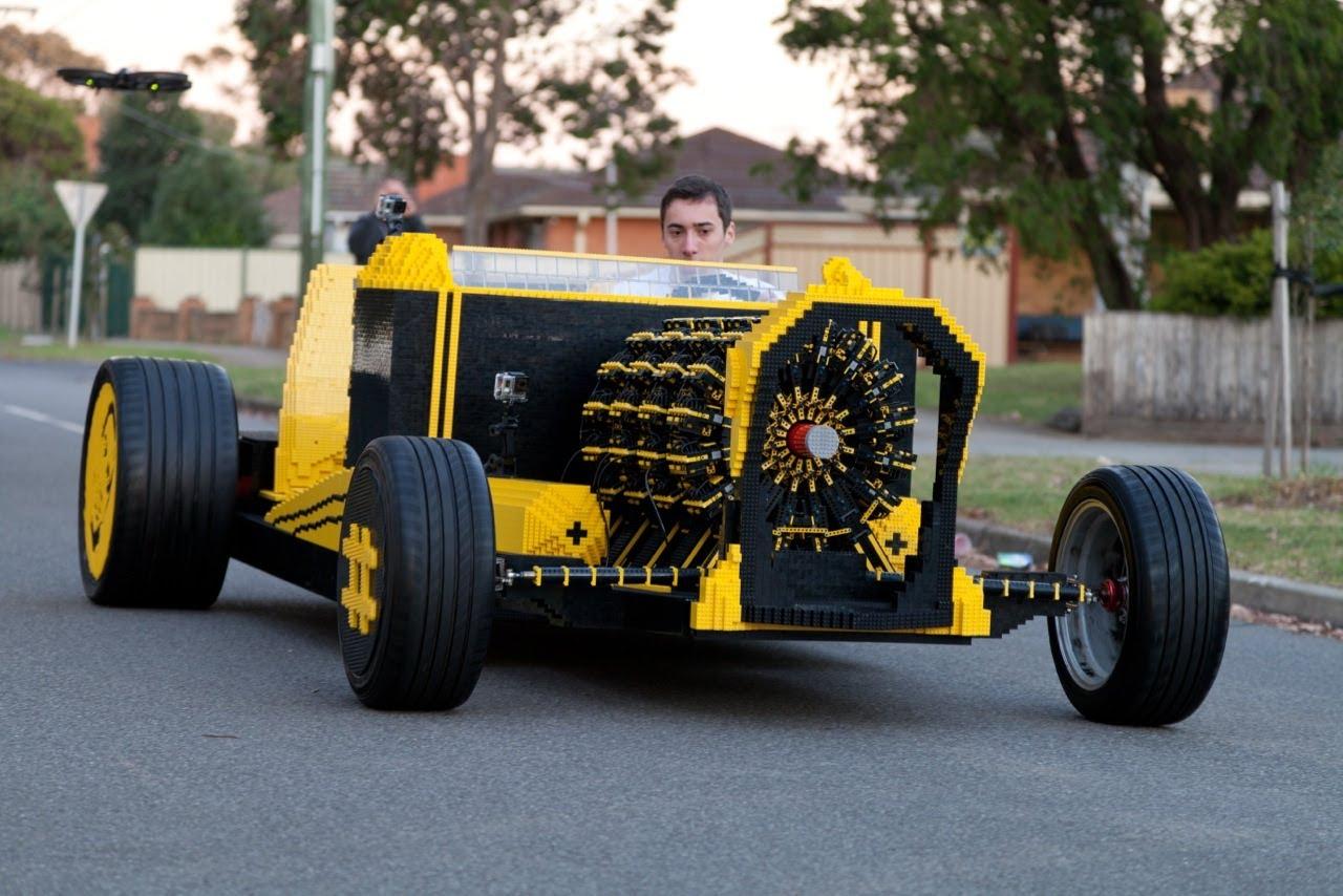 Полноразмерный автомобиль из лего